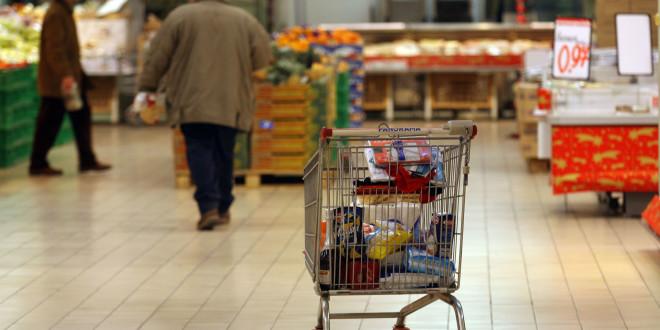 Il carrello della spesa in un supermercato in una foto d'archivio.  ANSA / FRANCO SILVI