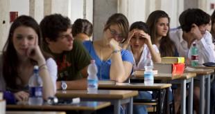Nella foto d'archivio, studenti durante gli esami di maturita'. ANSA/MASSIMO PERCOSSI