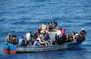 Immigrati su un barcone in arrivo sull'isola di Lampedusa. Nella notte, 28 maggio 2011, sono approdati nell'isola altri 347 migranti.  ANSA/FRANCESCO MALAVOLTA
